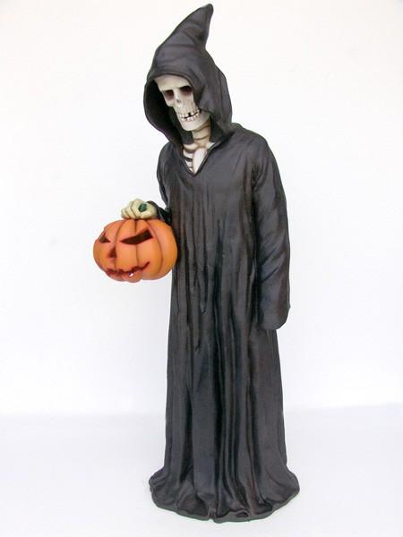 Skelett mit Umhang und Kürbis