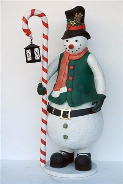 Schneemann mit Zuckerstange und Laterne