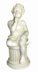 Antike Kindfigur auf Säule sitzend
