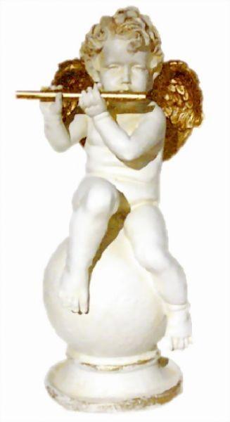 Engel spielend auf Flöte