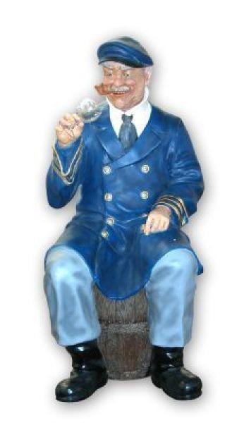 Seemann sitzend auf Faß