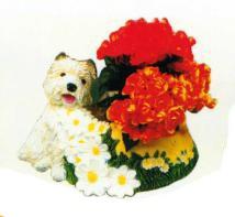 Hund auf Wiese mit Pflanztopf