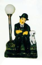 Charlie Chaplin sitzend auf Stufe klein