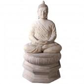 Buddha im Schneidersitz auf Sockel