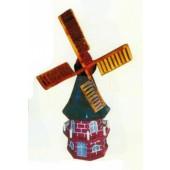altertümliche Holzwindmühle braun klein