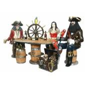 Piraten an großem Weinfasstisch mit Steuer