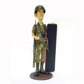Dünner US Soldat mit Menütafel