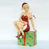 Weihnachtsfee sitzend auf Geschenk
