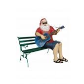sitzender Weihnachtsmann in Urlaubsstimmung spielt auf Gitarre