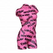 Weiblicher Torso in Pink mit künstlerischer Beschriftung