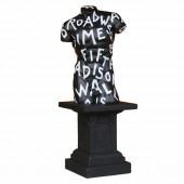 Männlicher Torso mit künstlerischer Beschriftung auf Podest