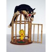 Katze und Vogel am Käfig
