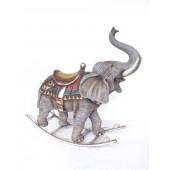 Elefant als Schaukelpferd