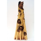 Bärennest im Baumstamm