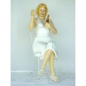 Marilyn Monroe Double sitzend mit Sektflasche