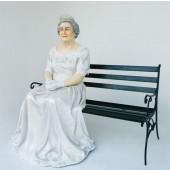 Queen Elizabeth sitzend auf Bank