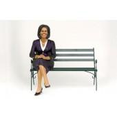Michelle Obama sitzend auf Bank
