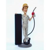 Tankstellenwärter mit Angebotstafel