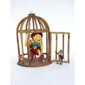 Pinocchio in Käfig