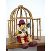 Pinocchio in Käfig weinend