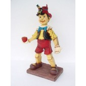 Pinocchio mit Apfel