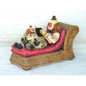 Clown auf Rattan Couch