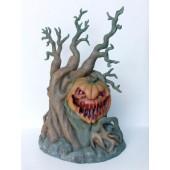 Gruseliger Kürbis auf Baum