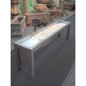 Langes Sideboard mit beleuchteten Steinen