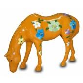 Modernes Pferd mit dekorativer Blumenbemalung orange