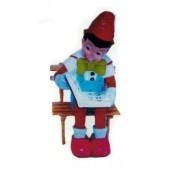 Pinocchio sitzend auf Bank mit Buch