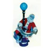Weihnachtsmann an Laterne wünscht Merry X-Mas