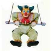 kleiner Clown hängend an Schaukel