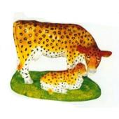 Kuh und Kalb stehend auf Wiese im Leopardendesign