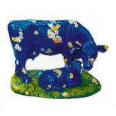 blaue Kuh mit Kalb auf Wiese mit vielen Blüten