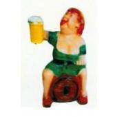 lustige Bayerin sitzend auf Fass mit Bierglas