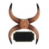 Büffelhörner mit hängendem Angebotsschild