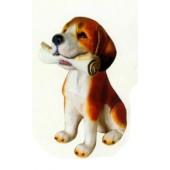 Beagle sitzend mit Zeitung