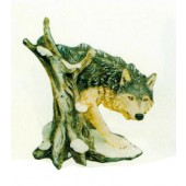 Wolf am Baumstamm