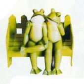 Froschpaar sitzend auf Bank groß