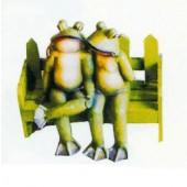 Froschpaar sitzend auf Bank klein