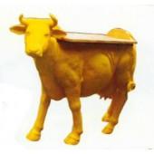 gelbe lebensgroße Kuh als Stehtisch