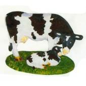 Kuh auf Wiese klein mit Kalb
