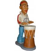 Rastamann Jamaikaner mit Trommel