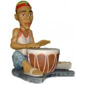 Rastamann Jamaikaner sitzend mit Trommel