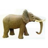 großer Elefant stehend mit Rüssel nach unten