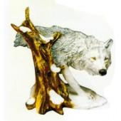 weißer Wolf am Baumstumpf