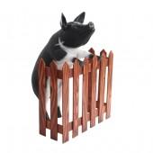 Schwarzweißes Schwein stehend am Zaun