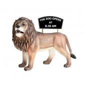 großer stehender Löwe mit Angebotsschild