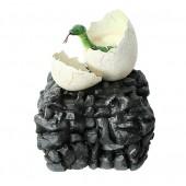 Anakonda Schlange im Ei auf Stein