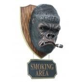 Gorillakopf mit Zigarre und *Smoking Area*Schild